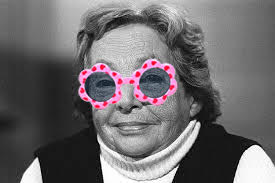 Marguerite Duras avec lunettes roses